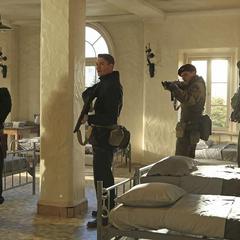 Thompson infiltrado en la Academia de la Habitación Roja.