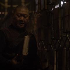 Wong escoge algunos libros para Strange.