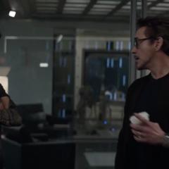 Barton escucha a Stark hablar del Atraco al tiempo.