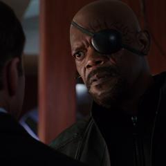 Fury le advierte a Coulson que debe reparar la aeronave.