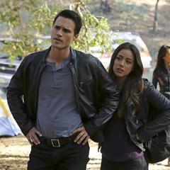 Skye imita a Ward durante la investigación de la escena.