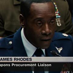 Rhodes en la audiencia para declarar sobre la armadura Iron Man.