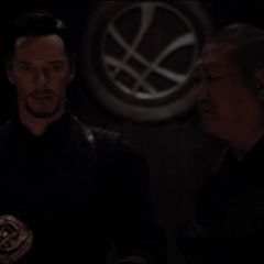Wong le habla a Strange del futuro de la Tierra.