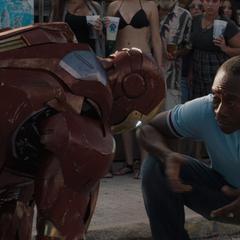 Rhodes se preocupa por el estado de pánico de Stark.