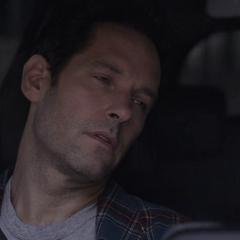 Lang despierta en un automóvil.