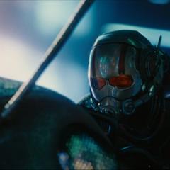 Lang monta a Ant-thony durante la misión.