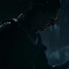 Loki observa su brazo volviéndose azul.