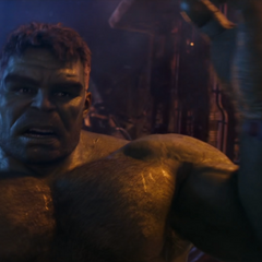 Hulk queda impresionado por la fuerza de Thanos.