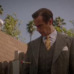 Jarvis ve que Hunt lo apuñaló con un dardo.