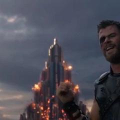 Thor espera a que Surtur surja del Palacio Asgardiano.