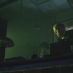Zola busca sus cosas en el laboratorio.