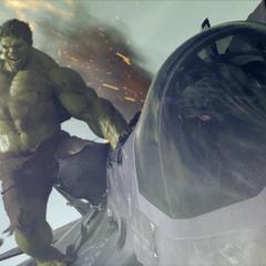 Hulk destruye el jet que lo atacó.