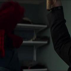 Stark encuentra el traje del Hombre Araña.