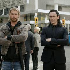 Loki y Thor vuelven a la Tierra en busca de Odín.