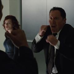 Hogan confronta a un guardia de seguridad.