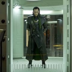 Loki es encerrado en su celda.