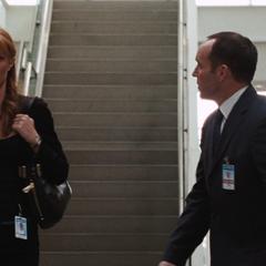 Potts se reune con Coulson para la entrevista.