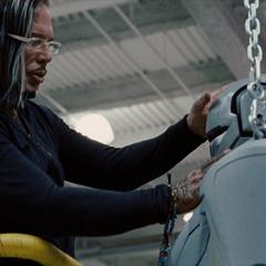 Vanko analiza un prototipo de Hammer Droide.