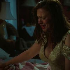 Carter llora junto al cuerpo de O'Brien.