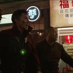 Wong, Mordo y Strange regresan al Santuario para protegerlo.