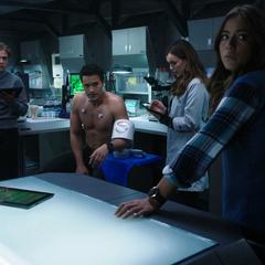 Skye acompaña a Fitz y Simmons a verificar el estado de Ward.
