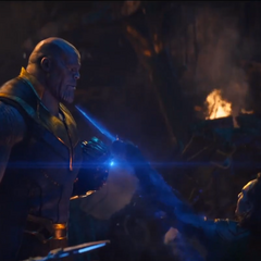 Thanos usa la Gema del Espacio para detener el ataque sorpresa de Loki.