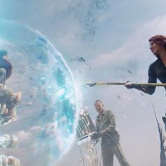 Romanoff recibe la ayuda de Selvig para cerrar el portal utilizando el Cetro de Loki.