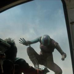 Nebula a punto de robar una nave para escapar de Xandar.