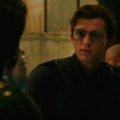 Parker se pone las gafas de Stark.