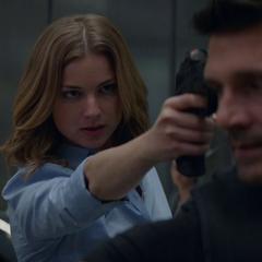 Carter le apunta con su arma a Rumlow.