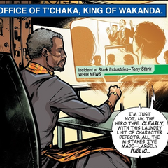T'Chaka viendo la entrevista de Stark.