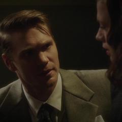 Thompson prepara a Carter para el interrogatorio.