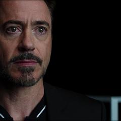 Stark lee un teleprompter con el nombre de Potts.