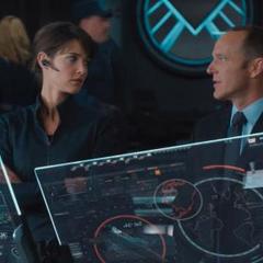 Hill y Coulson hablan en el Helicarrier.