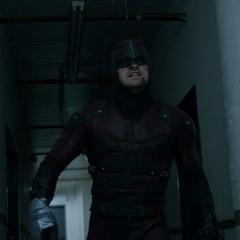 Daredevil combate en el pasillo.