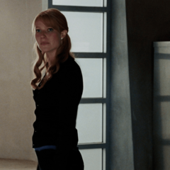 Potts escucha a Stark hablar sobre integridad.