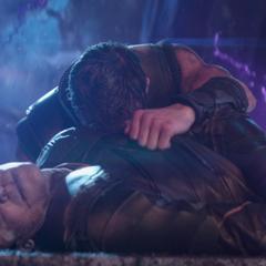 Thor llorando mientras sostiene el cadáver de Loki.