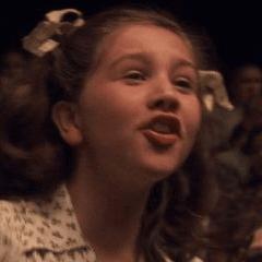 Megan Sanderson como Niña en el Espectáculo del Capitán América