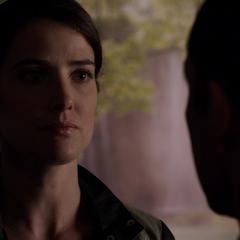 Hill aprende por Coulson sobre la traición de Ward.
