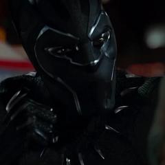 T'Challa amenaza a Klaue con asesinarlo.