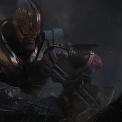 Thanos intenta asesinar a Thor con el Rompetormentas.