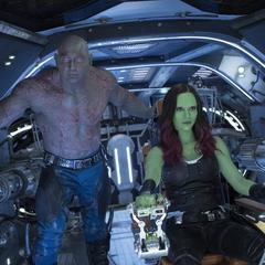 Gamora y Drax en la Milano mientras son atacados por los Soberanos.