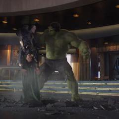 Loki recibe una paliza por Hulk.