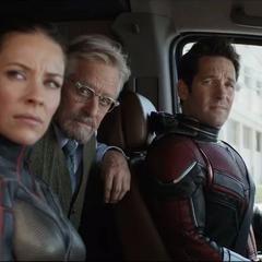 Pym en la camioneta junto con Lang y Hope.