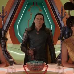 Loki llega a la sala lujosa de la Arena de Sakaar.