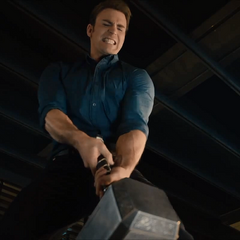 Rogers intenta levantar el Mjolnir.