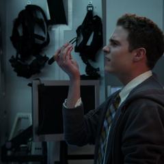 Fitz modifica en teléfono de Ward.