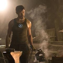 Stark construye las últimas partes de su traje.