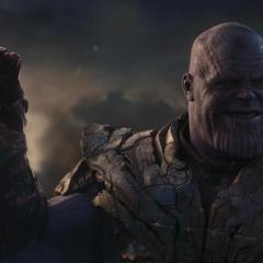 Thanos a punto de chasquear los dedos con el Nano Guantelete.