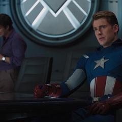 Rogers discute el plan de Loki con sus compañeros.